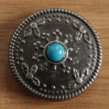 """Concho  """" Siermotief met blauwe steen """"  Nikkel kleurig"""