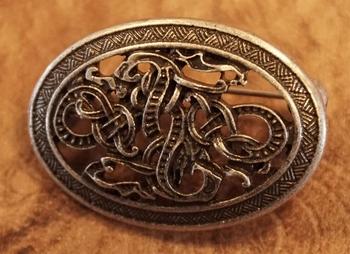 """Broche """" Keltische slang """"  nikkel kleurig"""