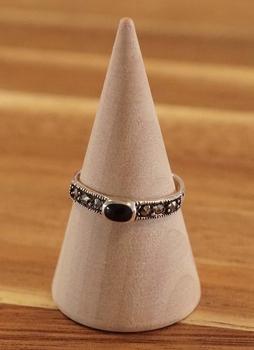 "Ear cuff  "" Keltisch design met zwarte steen ""  per stuk"