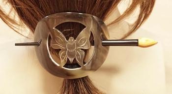 """Hoorn haarspeld met stokje """" Vlinder in rondje """" beige"""
