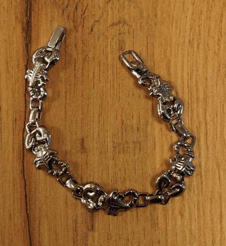 """Armband  """" Schorpioen """" zilverkleurig"""