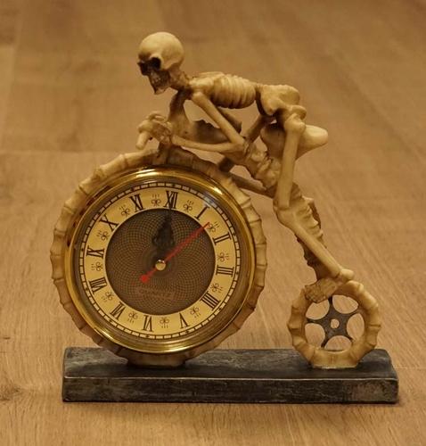 """Klok """" Skelet op fiets """""""