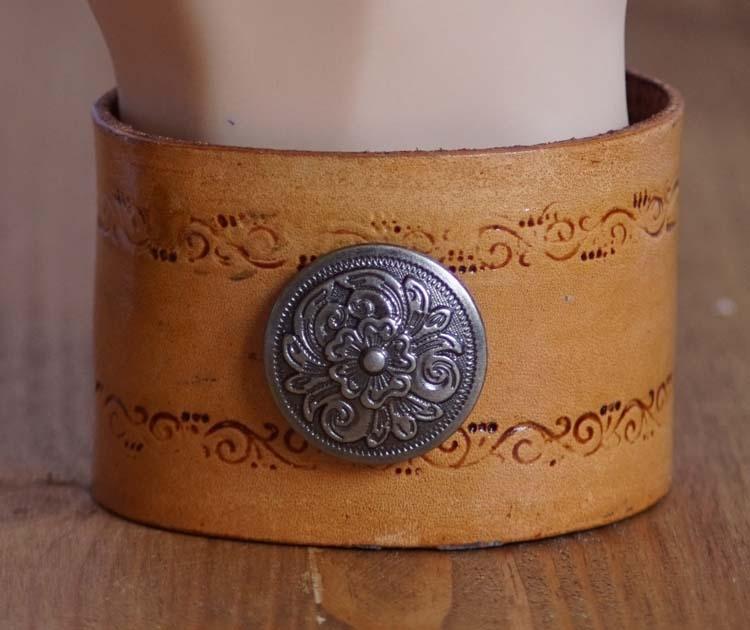 """Armband  """" Keltische concho met keltische tekens """"   Beige"""