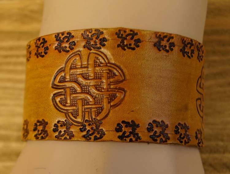 """Brede leren armband   """" 3 Keltische knopen """"  Beige"""