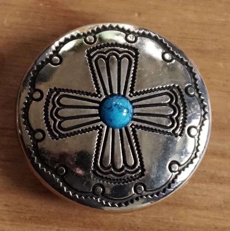 """Concho  """" Kruis met blauwe steen """" zilverkleurig"""