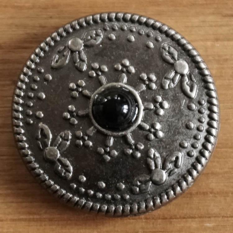 """Concho  """" Siermotief met zwarte steen """"  Nikkel kleurig"""