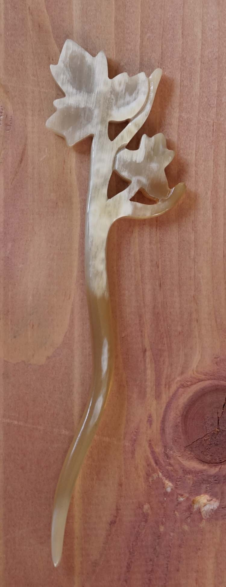 """Haarstokje van hoorn  """"  Bladeren aan tak """" beige"""