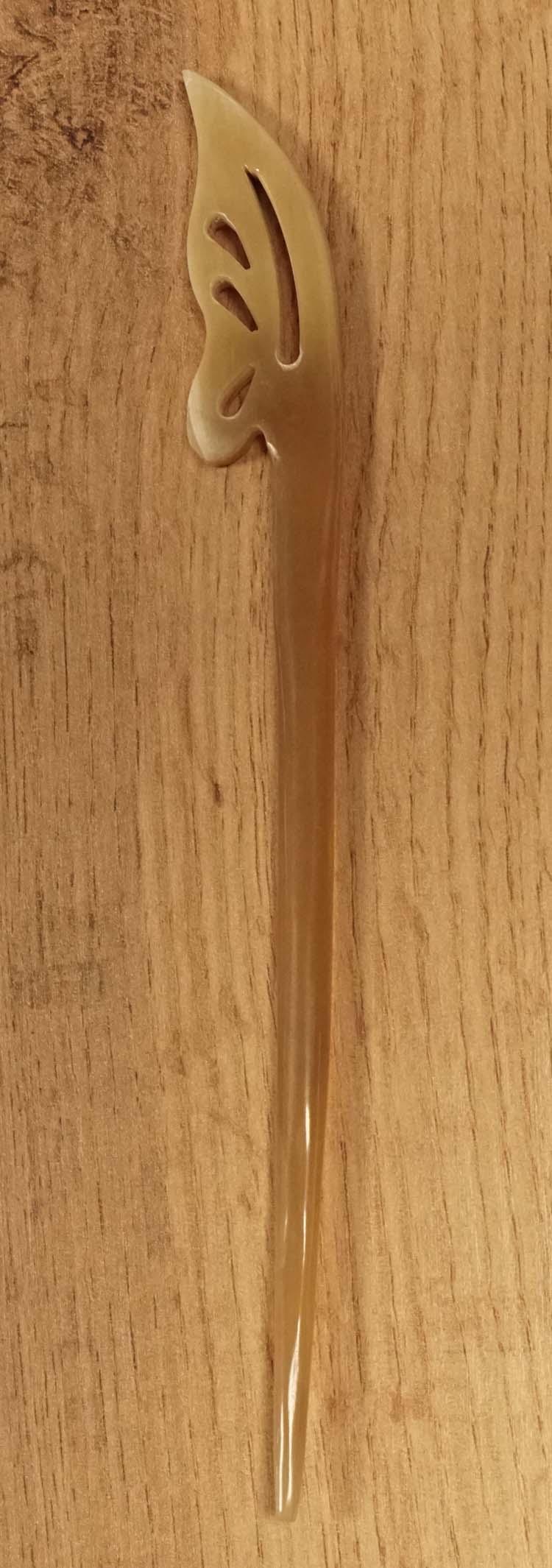 """Haarstokje van hoorn """" Bloemblad """"  beige"""