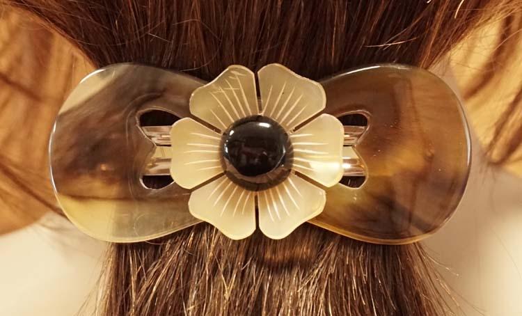 """Hoorn haarclip """" Opengewerkt met bloem """"  beige / bruin"""