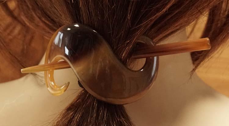 """Hoorn haarspeld met stokje """" S vorm """"  bruin / beige"""