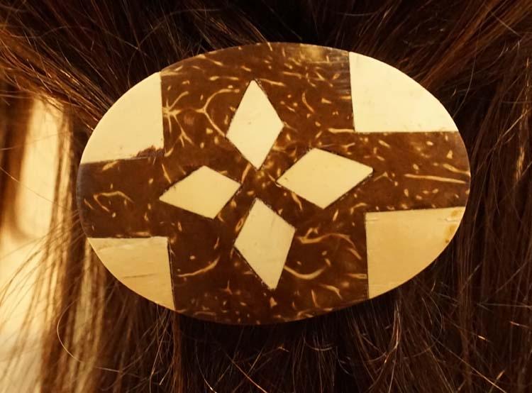 """Houten haarclip  """" Driehoeken """"  bruin / creme"""