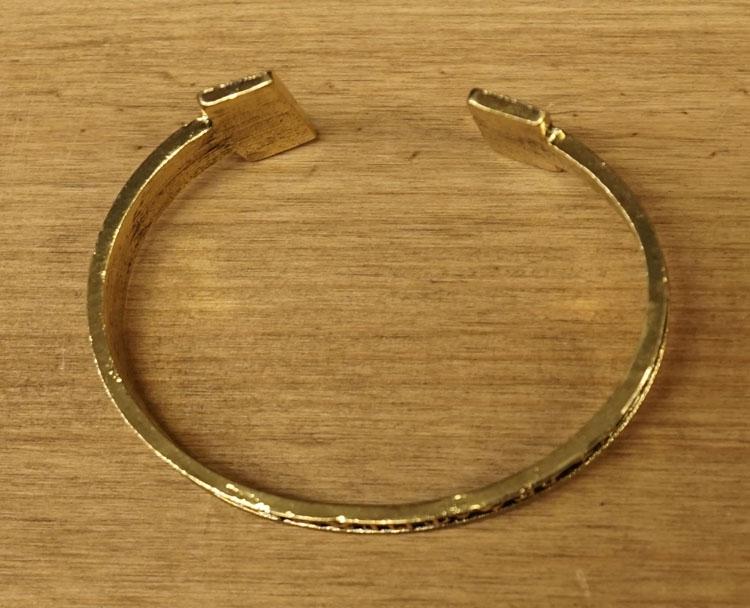 """Klemarmband  """" Keltische tekens """"  goudkleurig"""