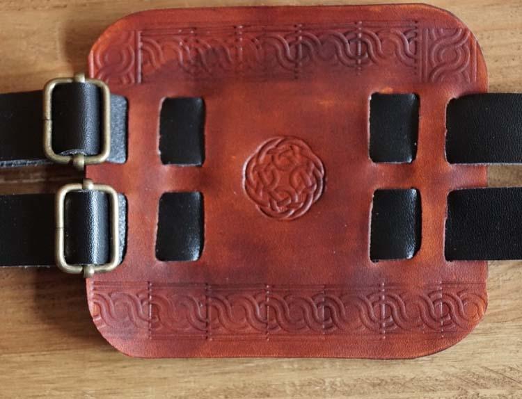 """Leren armband  """" Keltische knoop """" bruin / zwart"""